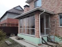 Компания Семейные Окна выполнила остекление веранды в загородных домах