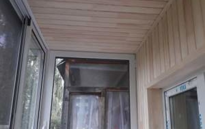 Монтаж, обшивка балкона, установка полочки 2
