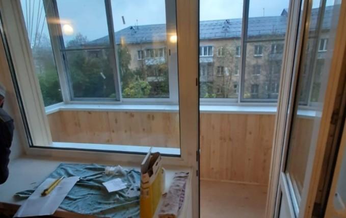 Установка алюминиевого раздвижного балкона 3