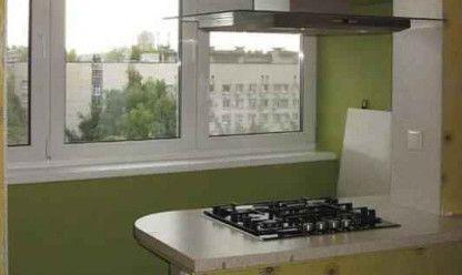 Оставшийся от балконного окна подоконник можно очень интересно использовать в интерьере кухни. На нем можно установить электрическую плиту или сделать из него удобный оригинальный столик.