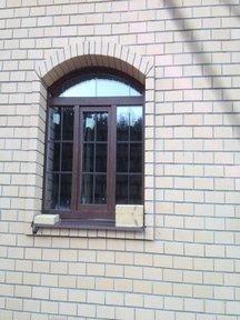 Остекление коттеджа арочными окнами